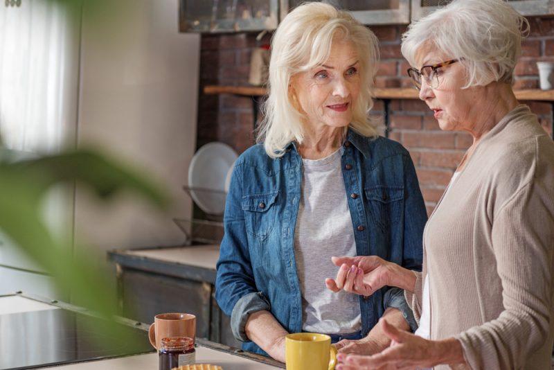 två gamla kvinnor pratar