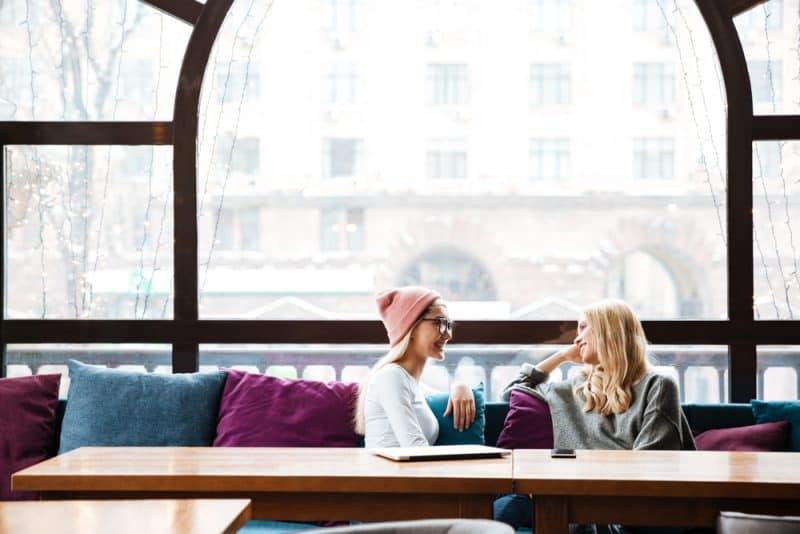 två kvinnor sitter och pratar