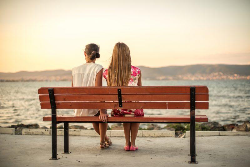 två vänner som sitter på bänken