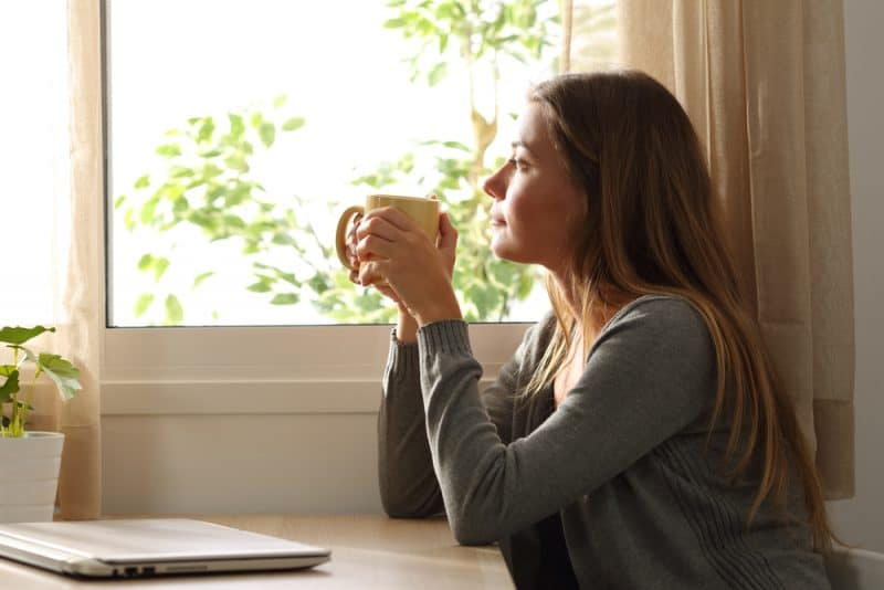 ung kvinna som sitter ensam