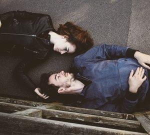man och kvinna som ligger på golvet tillsammans
