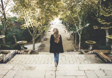kvinna som går ensam i park