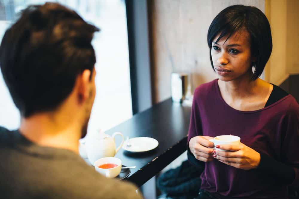 man och kvinna som sitter och pratar