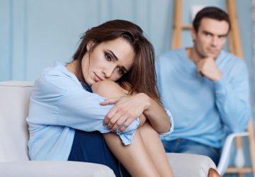 man och kvinna som sitter hemma efter kamp