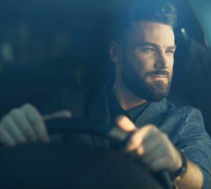 stilig man som kör bil