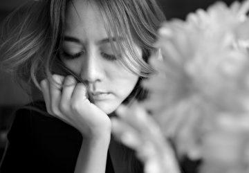 Vacker kvinna ensam