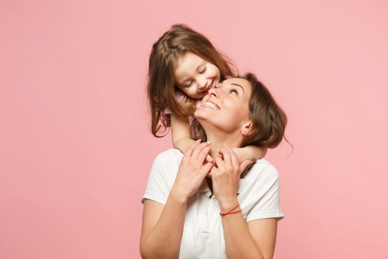 Behandla som ett barn kvinnan i lätta kläder att ha roligt med behandla som ett barn flickan