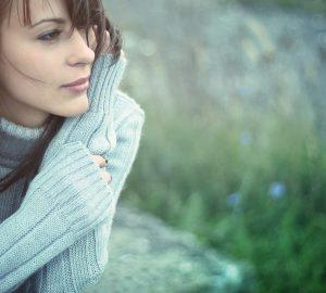 kvinna i djupa tankar i grå tröja
