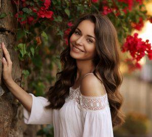 vacker kvinna som står nära blommor