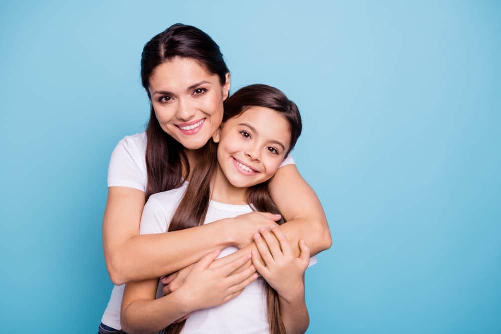 brunhårig mamma och liten liten dotter