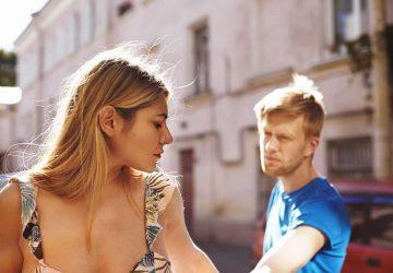 kvinna som går bort från mannen efter kamp