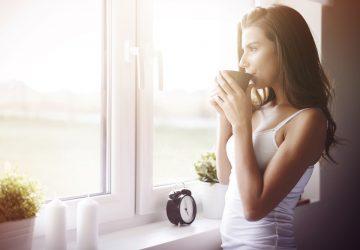 kvinna dricka te på morgonen