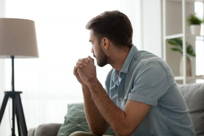 Fundersamt allvarligt mansammanträde på soffan ensam hemma