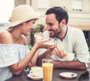 man och kvinna som äter lunch