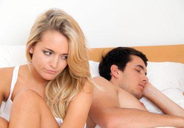 kvinna som sitter på sängen efter bråk med mannen