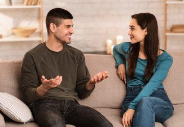 par som pratar och sitter på soffan