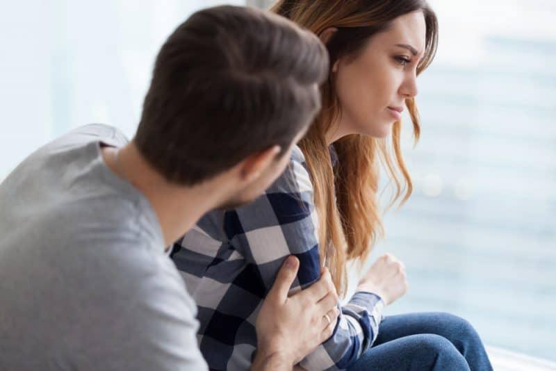 Kärleksfull tröst upprörd förolämpad fru