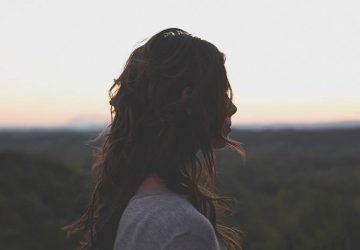ledsen kvinna som står ensam utanför