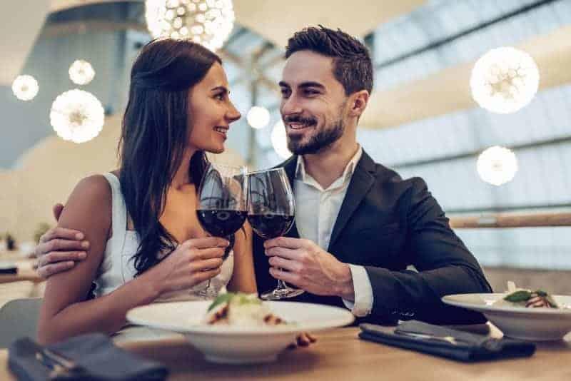 Par som dricker på café