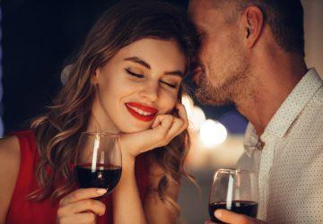 le man och kvinna som dricker vin