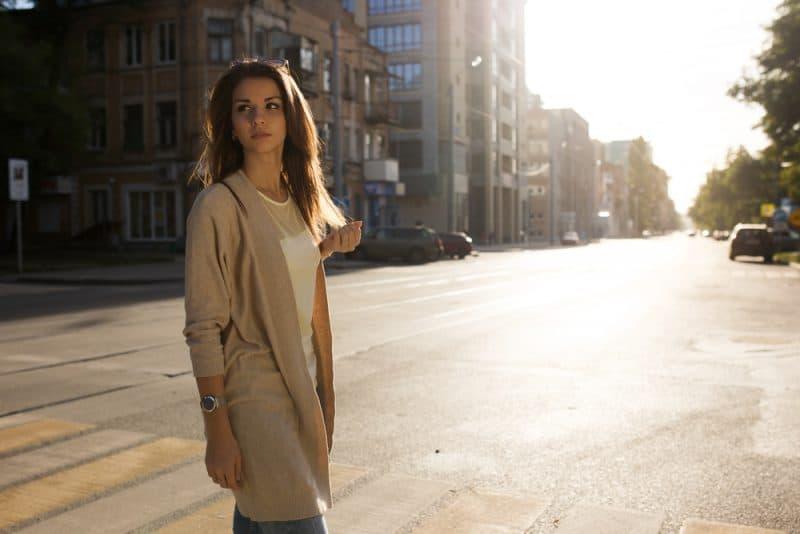 Stående av skönhetkvinnan som går på gatan