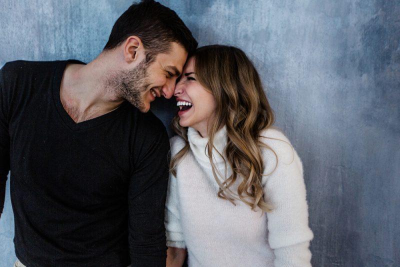 Unga par i kärlek har kul