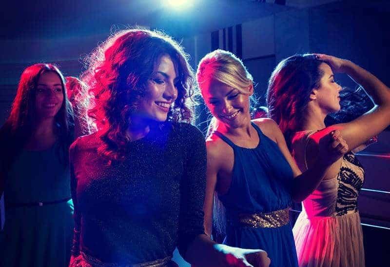 grupp kvinnlig dans under natten