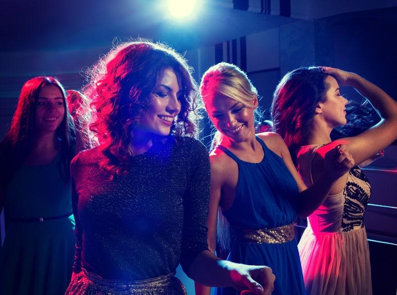 grupp kvinnor som har kul att dansa
