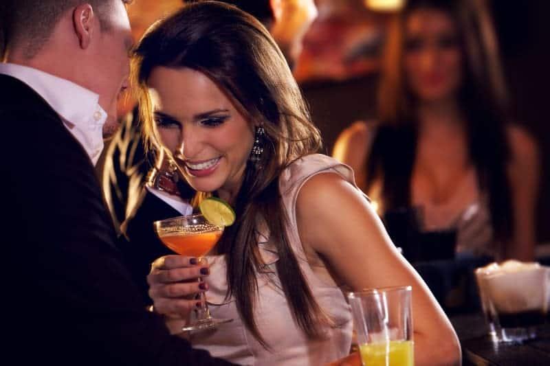 kvinna flirta i baren