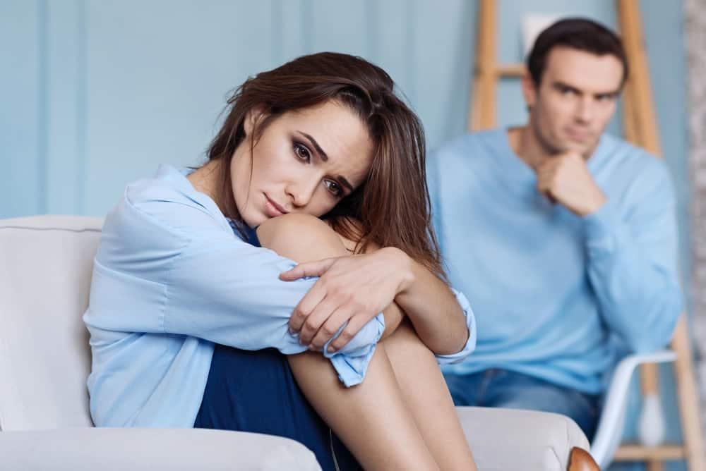 kvinna ledsen efter bråk med mannen