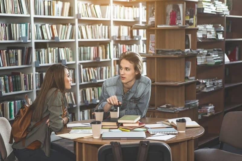 kvinna och man sitter vid bordet