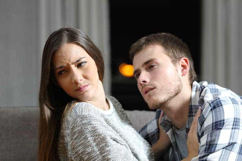 kvinna push man från henne hemma
