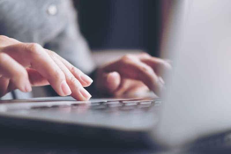 kvinna som använder bärbar dator