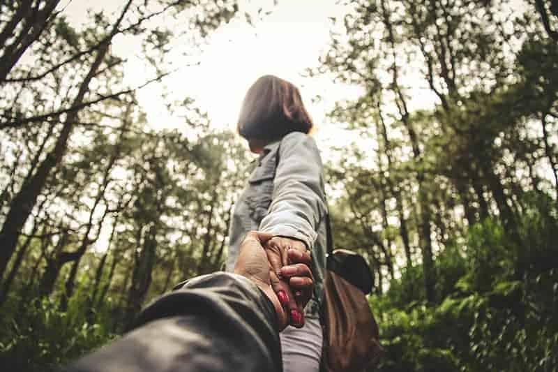 låg vinkel foto av mannen håller kvinnan hand