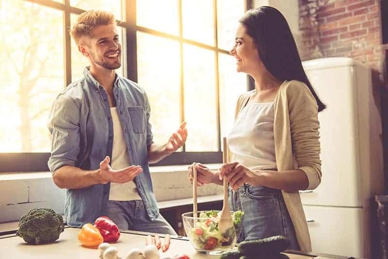 le man och kvinna i köket
