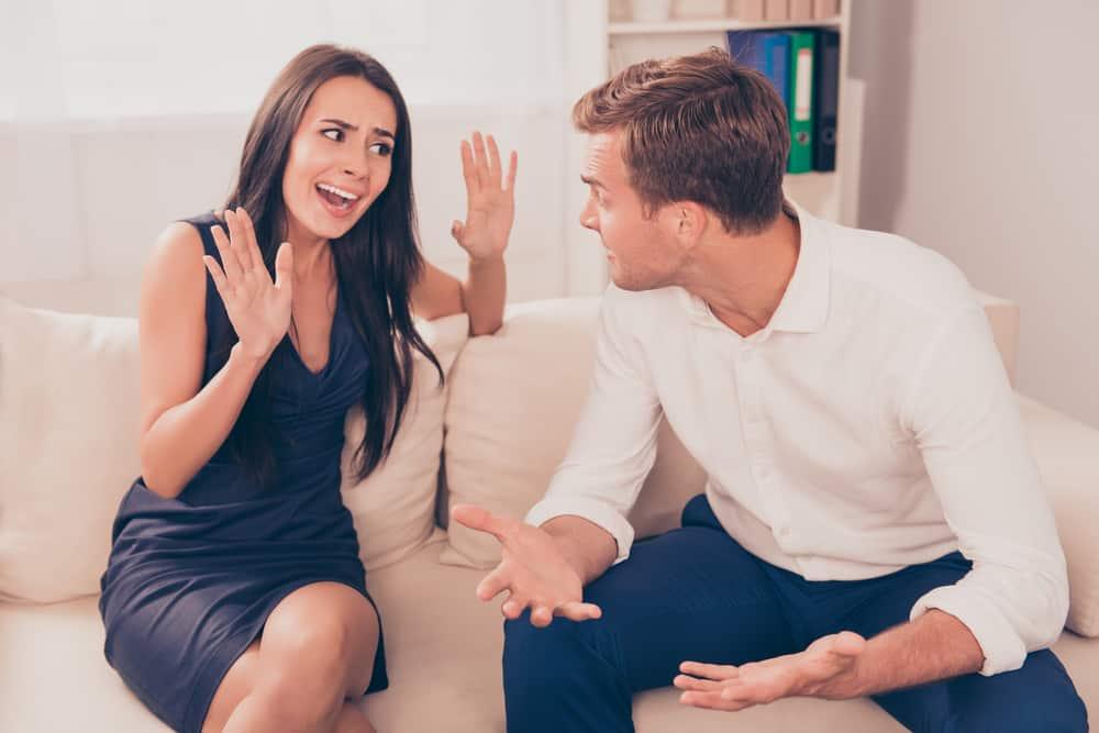 man arg på kvinnan när han satt på soffan