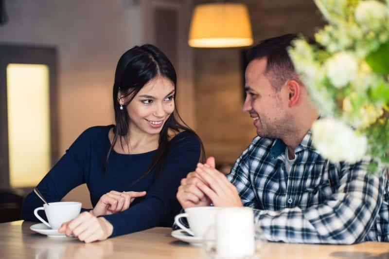 man ochman och kvinna dricker kaffe kvinna dricker kaffe