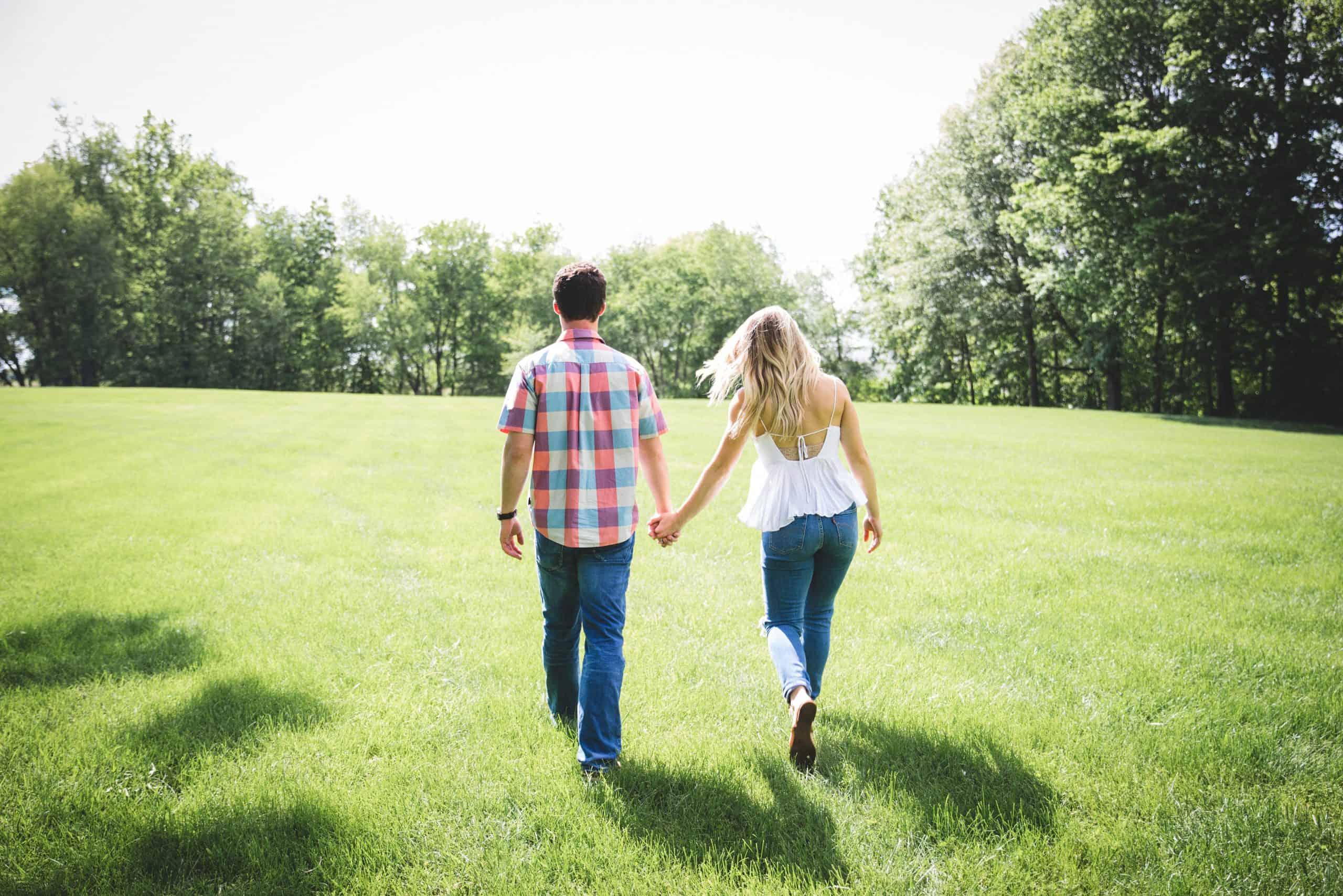 man och kvinna som går på gräsplan