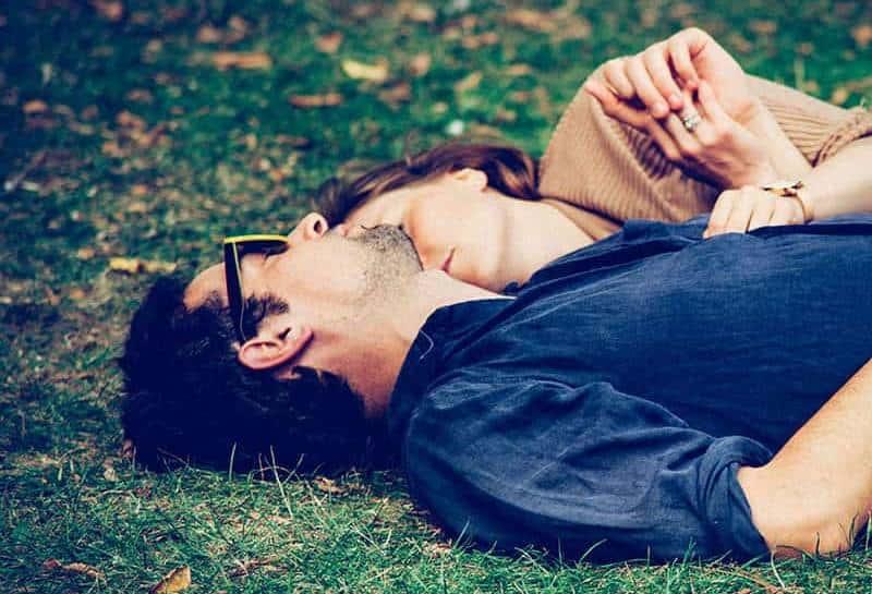 man och kvinna som ligger på gräset