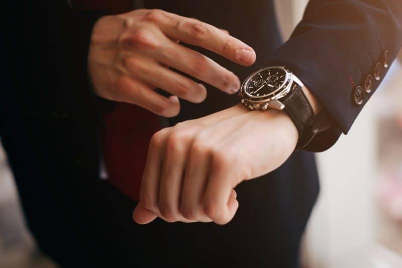 närbild designer klocka på affärsman hand