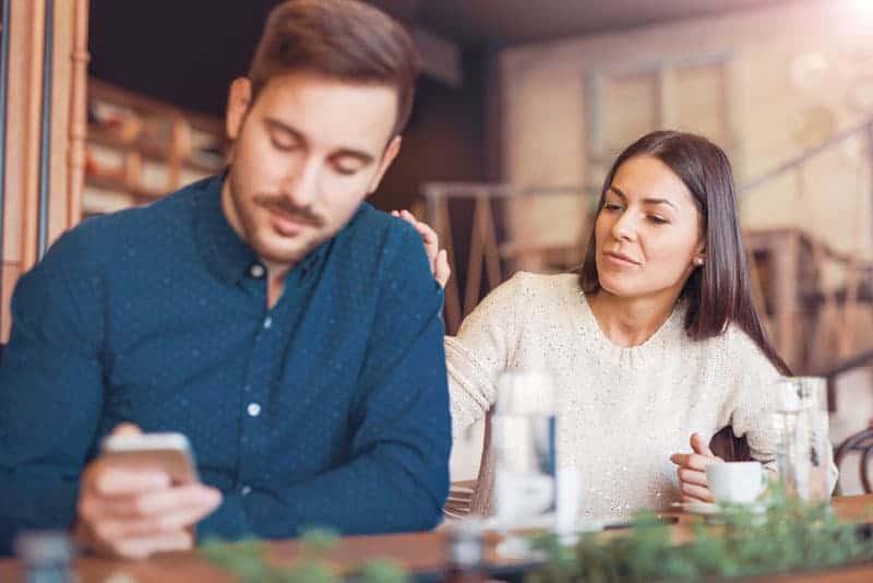 oroliga par sitter på café