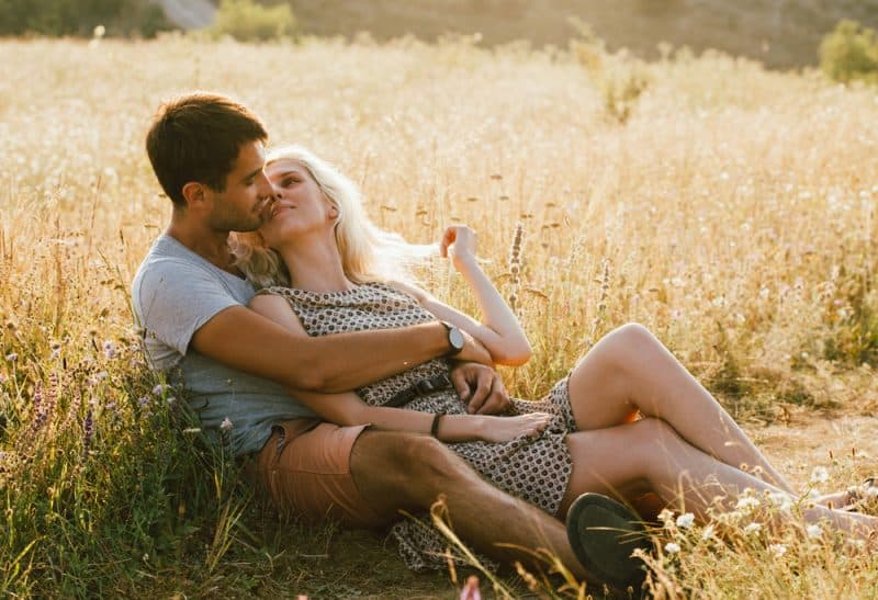 par i kärlek på sommaren tillsammans utomhus