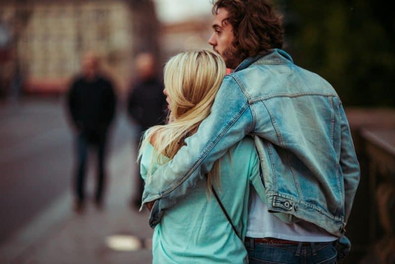 par som går på gatan