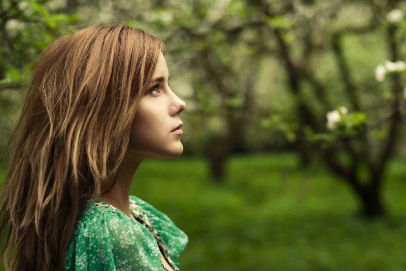 porträtt av en vacker flicka i parken