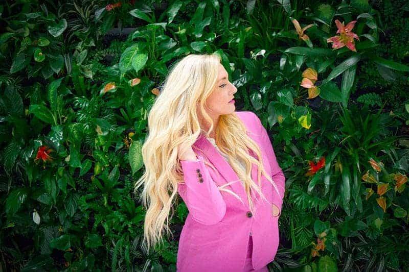 ung blond kvinna som bär rosa jacka