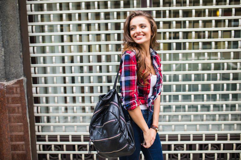 ung snygg hipsterkvinna som går på gatan
