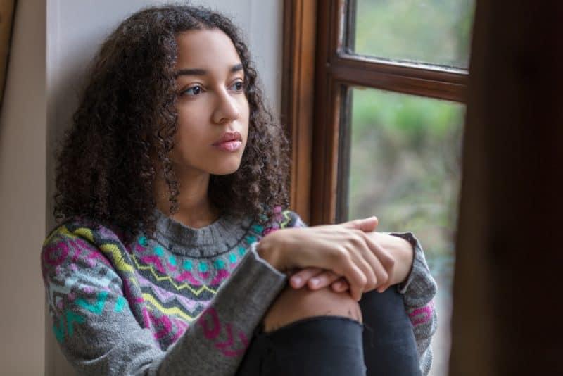 vacker sorglig tonårsflicka