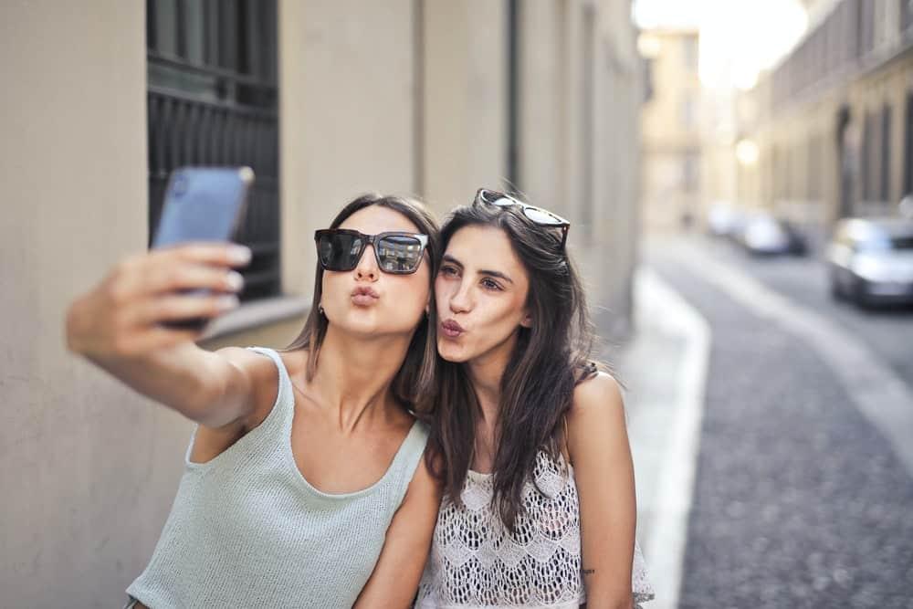 bästa vänner tar selfie