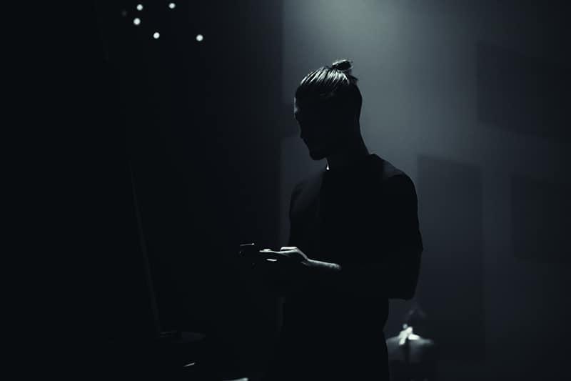 man i mörk holdingtelefon