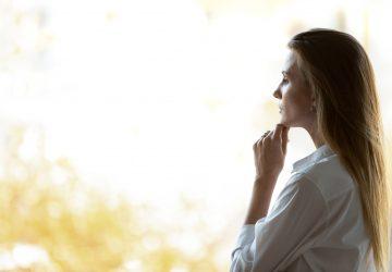 Tankeväckande drömmande kvinna